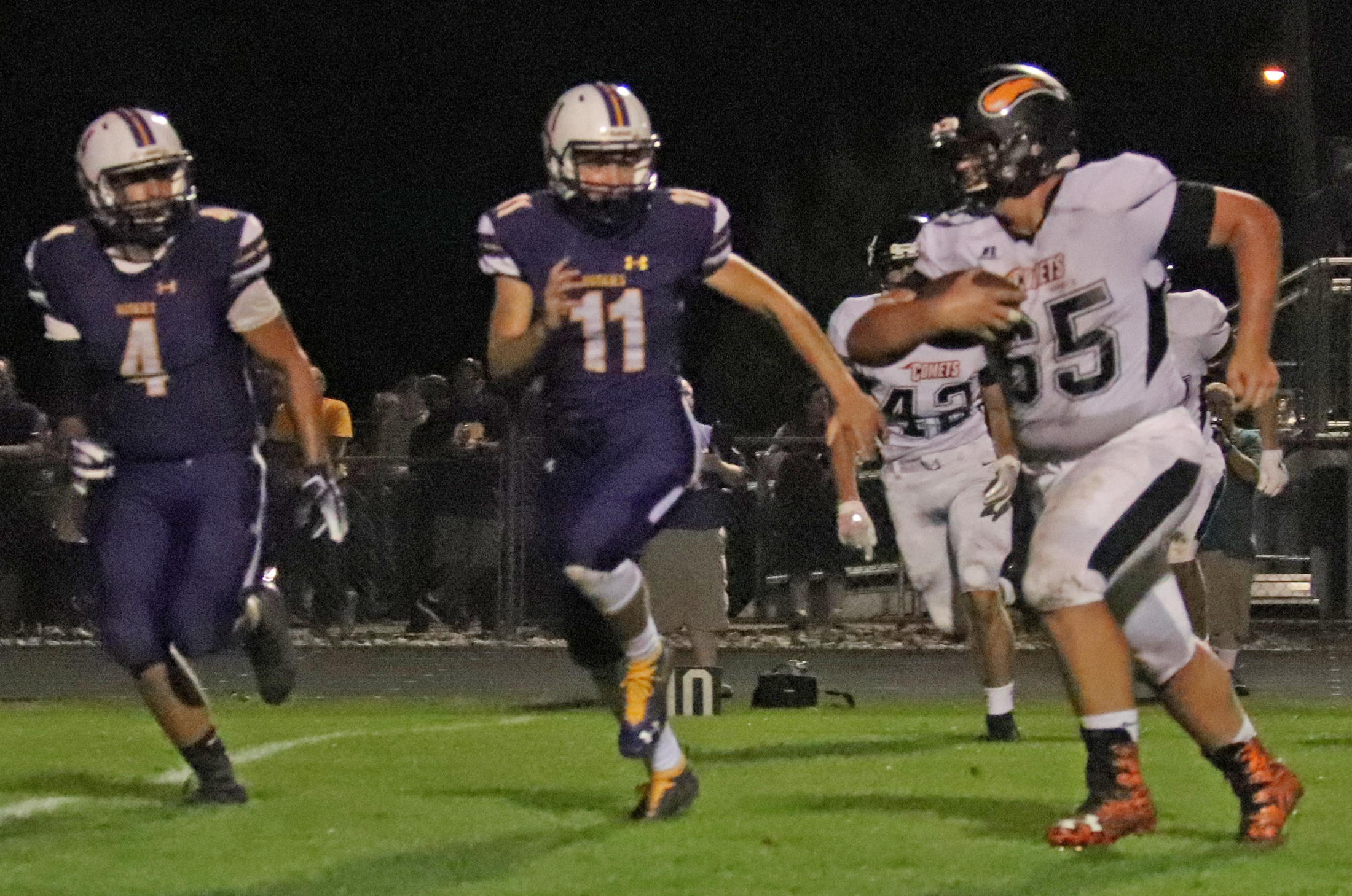Comets defeat Huskies, 33-16, to open district play